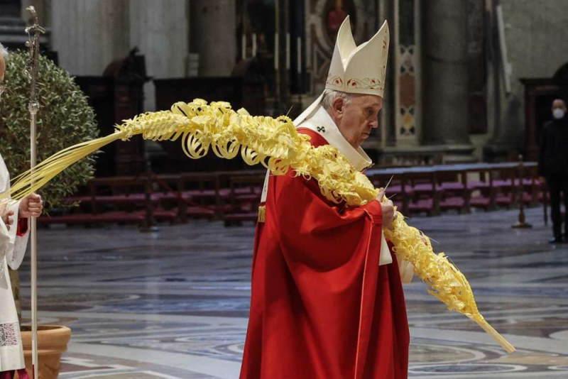 Papst gewinnt beim Nudelflechtwettbewerb